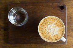 杯热的咖啡投入了桌 库存照片