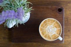 杯热的咖啡投入了桌 库存图片