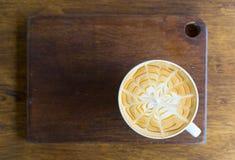 杯热的咖啡投入了桌 免版税库存照片