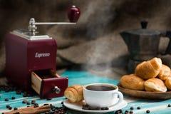杯热的咖啡浓咖啡和新鲜的新月形面包,静物画, Bre 图库摄影