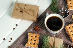 杯热的咖啡用酥皮点心,新年组装和杉木锥体 库存图片