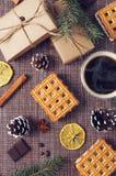 杯热的咖啡用酥皮点心,新年组装和杉木锥体 免版税库存照片