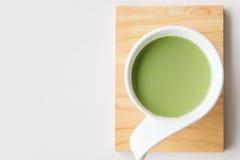 杯热的在白色桌上的牛奶绿茶 图库摄影