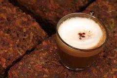 杯热的拿铁咖啡在庭院里 库存照片