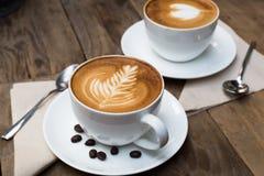 杯热的拿铁艺术咖啡