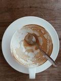 杯热的拿铁艺术咖啡 免版税库存照片