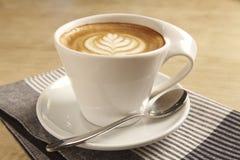 杯热的拿铁艺术咖啡 免版税库存图片