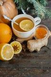 杯热的柠檬茶用橙色南瓜和姜在木背景阻塞 健康饮料寒冷 冬天饮料 免版税库存照片
