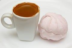 杯热的浓咖啡和桃红色蛋白软糖在白色背景 图库摄影