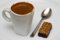 杯热的浓咖啡和糖果在白色背景 免版税库存照片