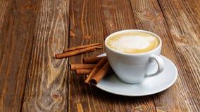 杯热的热奶咖啡和桂香 免版税库存照片