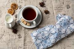 杯热的茶和小牛奶罐 库存照片