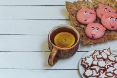 杯热的茶用柠檬和自创曲奇饼在白色木背景 库存照片