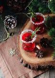 杯热的被仔细考虑的酒与成份的新年烹调,坚果和圣诞节装饰的 免版税库存照片