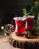杯热的被仔细考虑的酒与成份的新年烹调,坚果和圣诞节装饰的 免版税库存图片