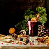 杯热的被仔细考虑的酒与成份的新年c的 免版税库存图片