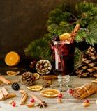 杯热的被仔细考虑的酒与成份的新年c的 库存照片