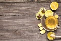 杯热的绿色健康茶用柠檬、蜂蜜和香料 库存照片