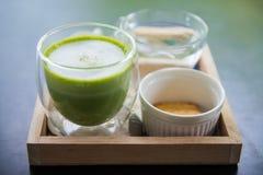 杯热的matcha绿色奶茶泡沫 库存照片