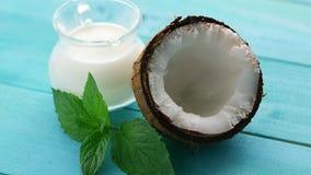 杯牛奶和一半椰子 股票视频