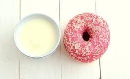 杯牛奶和多福饼 图库摄影