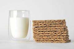 杯牛奶和干面包 库存图片