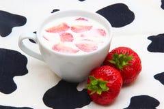 杯牛奶和草莓 免版税库存图片