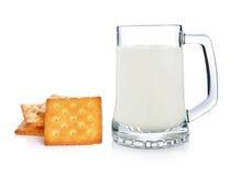 杯牛奶和薄脆饼干 库存图片