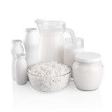 杯牛奶和玻璃水瓶 免版税库存照片