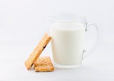 杯牛奶用在白色背景隔绝的曲奇饼 免版税库存图片