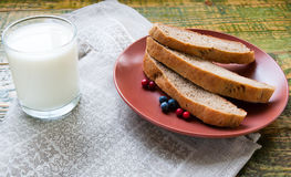 杯牛奶用在黏土板材的切好的家制面包 免版税库存照片