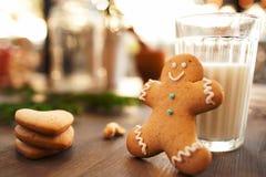 杯牛奶用曲奇饼,圣诞节早餐 库存图片