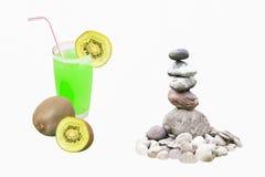 杯猕猴桃汁液和禅宗石头 库存图片