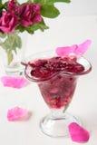 杯玫瑰花瓣果酱 免版税库存照片