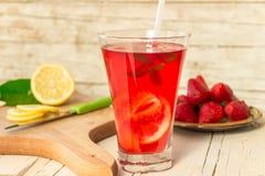 杯生气勃勃柠檬水用草莓和薄菏 免版税库存照片