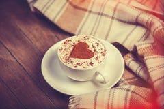 杯用咖啡和围巾。 免版税库存图片