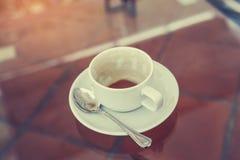 杯用在书桌上的残余咖啡,在软的焦点 免版税图库摄影