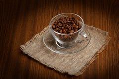 杯用在布料粗麻布的咖啡豆 库存照片