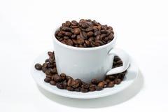 杯用在白色背景,特写镜头的咖啡豆 免版税图库摄影