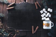 杯用在黑木背景的蛋白软糖 图库摄影