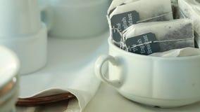 杯用茶和在其他茶附近 股票录像
