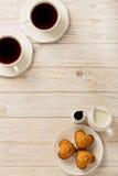 杯用茶和杯形蛋糕以心脏的形式在光wo 库存图片