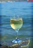 杯由海岸的白葡萄酒 免版税库存照片