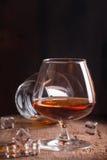 杯白兰地酒或科涅克白兰地 免版税库存照片