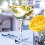 杯白葡萄酒和黄色罗斯1 免版税库存照片