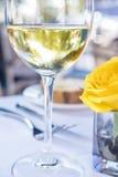 杯白葡萄酒和黄色罗斯2 库存图片