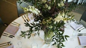 杯的服务设备叉子和餐巾在圆桌和花瓶上 股票视频