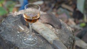 杯科涅克白兰地和一个轴在一个木甲板 股票录像