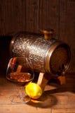 杯科涅克白兰地用在木背景的柠檬 免版税库存图片