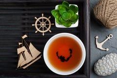 杯红茶和钩针编织的小卵石 库存照片
